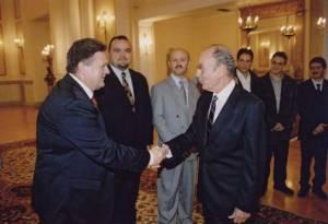 Ο πρώην πρόεδρος της Ελληνικής Δημοκρατίας Κωνσταντίνος Στεφανόπουλος συγχαίρει τον χοράρχη Μιχάλη Μακρή για το έργο της χορωδίας στο Προεδρικό Μέγαρο στις 23 Νοεμβρίου 2002.