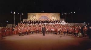Η Ο.Ε.ΒΥ.Χ., ο παιδικός χορός της, η παραδοσιακή ορχήστρα της, η μαθητική χορωδία του 2ου Γυμνασίου Αχαρνών και ο δημοσιογράφος Νικόλας Βαφειάδης στην μεγάλη συναυλία «ΕΑΛΩ Η ΠΟΛΙΣ» που έγινε στο δημοτικό αμφιθέατρο Αχαρνών στις 28 Μαΐου 2005.