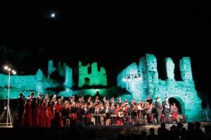 Η 100/μελής Βυζαντινή, Παραδοσιακή Χορωδία και Ορχήστρα του Εθνικού Ωδείου, υπό την Διδασκαλία και Διεύθυνση του Μιχάλη Μακρή στον αρχαιολογικό χώρο του Μυστρά «ΠΑΛΑΙΟΛΟΓΕΙΑ 2009» στις 29 Μαίου2009.