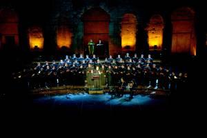 Η 55/μελής Ο.Ε.ΒΥ.Χ. στην παράσταση «Η Σμύρνη κάποτε...» στο Ηρώδειο στις 22 Σεπτεμβρίου 2009.