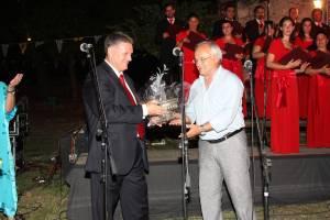 Διεθνές Φεστιβάλ Ολύμπου, 14-08-2010. Ο δήμαρχος συγχαίρει τον Μιχάλη Μακρή.