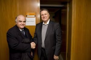 Μέγαρο Μουσικής. Ο Λυκούργος Αγγελόπουλος συγχαίρει τον Μιχάλη Μακρή. 31-03-2012