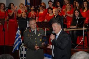 Ο Διοικητής του Π.Μ. Ταξίαρχος Π. Καπερώνης απονέμει τιμητική πλακέτα στον Μιχάλη Μακρή. 24-03-2014