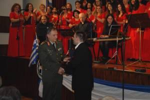 Ο Διοικητής του Π.Μ. Ταξίαρχος Π. Καπερώνης απονέμει τιμητική πλακέτα στον Στέλιο Μακρή. 24-03-2014